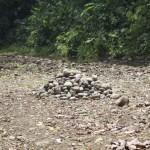 Steine aus dem Flussbett vertig zum Abtrasport